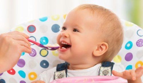 Хранене на бебето до първата годинка