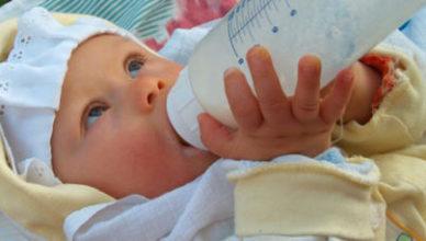 Връщането на храна от бебето след нахранване