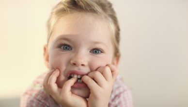 Малчугана си гризе ноктите - Как да му помогнем