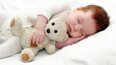 Кога бебето ще спре да се буди през нощта