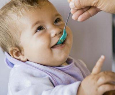 Бебето повръща – това може да е знак за хранителна алергия или дори за апандисит